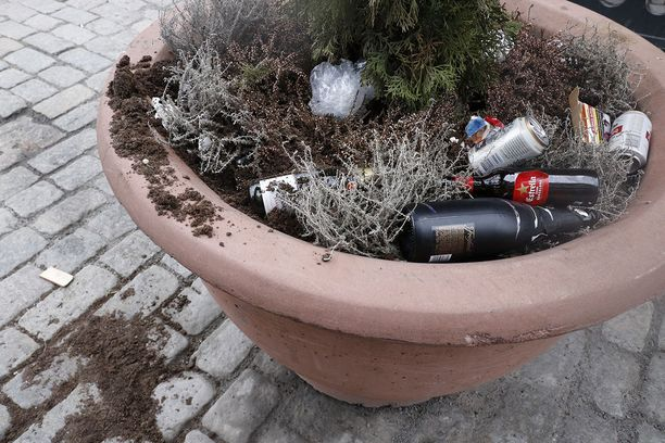 Myös Finlaysonin kukkapenkistä muodostui roskakori, josta oli ilmeisesti myös kuovittu jotakin.