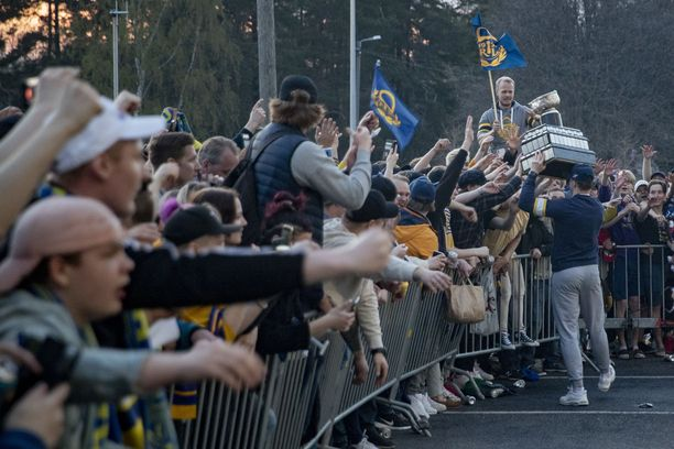 Yleisötilaisuuksien osallistujarajoituksia höllennetään jatkossa. Tältä näytti Rauman Lukon fanien mestaruusjuhlinta parisen viikkoa sitten.