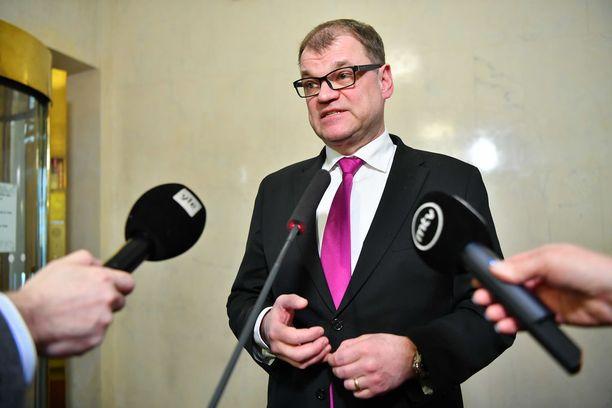 """Pääministeri Juha Sipilän (kesk) mukaan karkotus on """"huolellisesti mitoitettu"""". Myös Sipilä kommentoi karkotuspäätöstä maanantaina."""