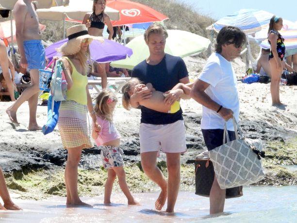Nico Rosberg kantoi tytärtään sylissään rannalla.