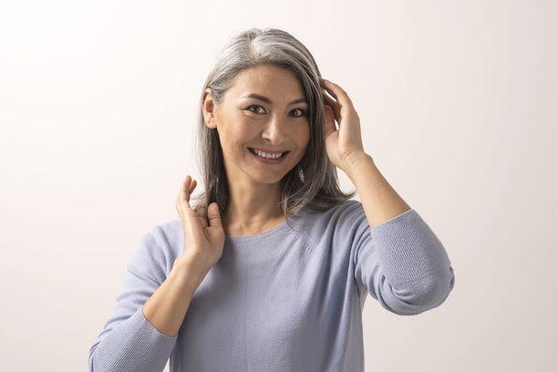 Kasvojen koskettelua voi tapahtua esimerkiksi hiusten laiton ja koskemisen yhteydessä. –Yleisempää hiusten koskettelu on naisilla, koska heillä on yleensä pidemmät hiukset, professori Martti Tuomisto toteaa.