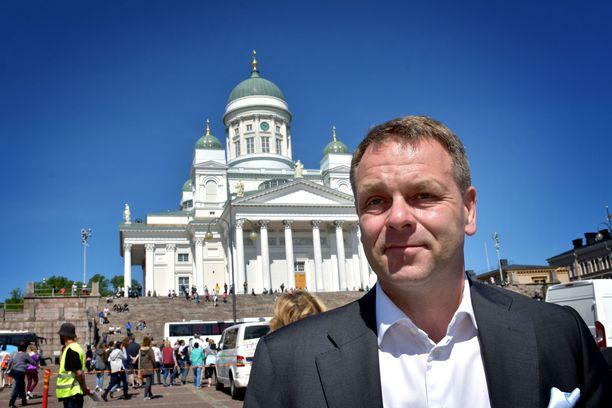 Helsingin pormestari Jan Vapaavuori kuvattuna Senaatintorilla vuonna 2017. Heinäkuussa paikalle avautuu 480 paikkainen terassialue.