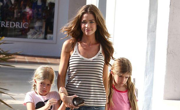 Denisen ja Charlie Sheenin lapset Sam, 7, ja Lola, 6, ovat saaneet uuden pikkusiskon.