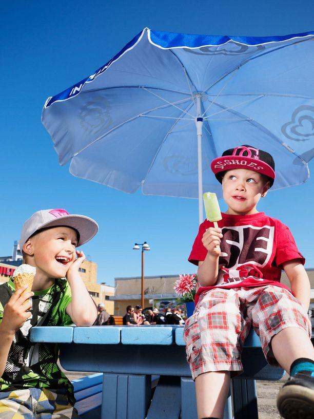 Kim, 8 ja Elias, 5, Siilinjärvi. Eliaksen kesään kuuluvat trampoliini, uiminen ja jäätelön syönti. -On kivaa, kun voi tehdä temppuja trampoliinilla ja jäätelö on hyvää! Kimin mielestä kesässä on parasta uiminen ja pyöräily. -Uimisessa on kivaa sukeltaminen ja pyöräilyssä revittely.