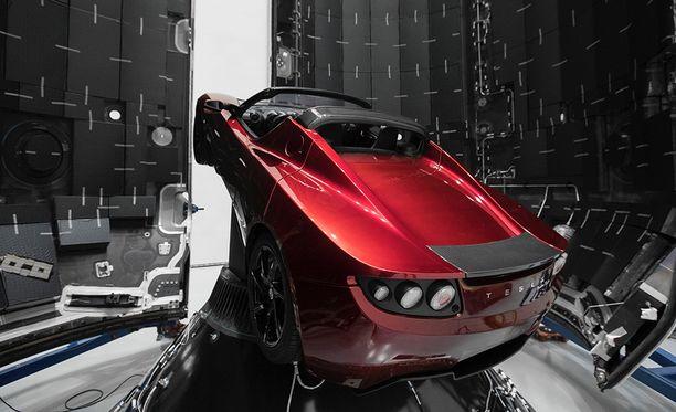 Falcon Heavy-raketin lastitilassa on ensilaukaisussa rahtina ainoastaan Muskin käytetty Tesla Roadster.