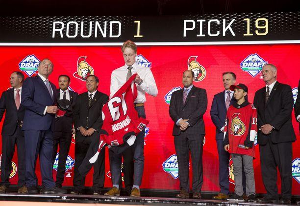 Lassi Thomson veti päälleen Ottawa Senatorsin paidan.