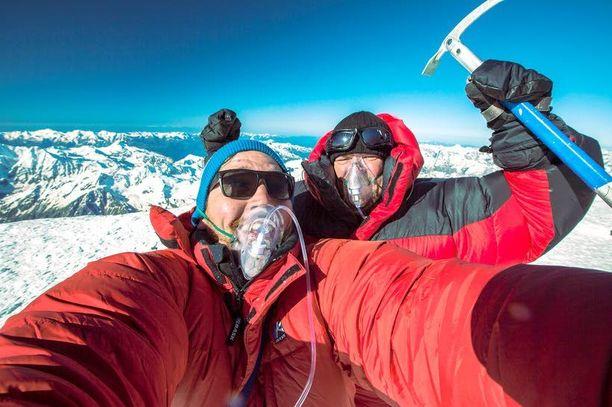 Kaukasia 30 päivässä -sarjassa Haapasalo pääsi nousemaan Euroopan korkeimmalle vuorenhuipulle kuvaaja Ossi Käen kanssa.