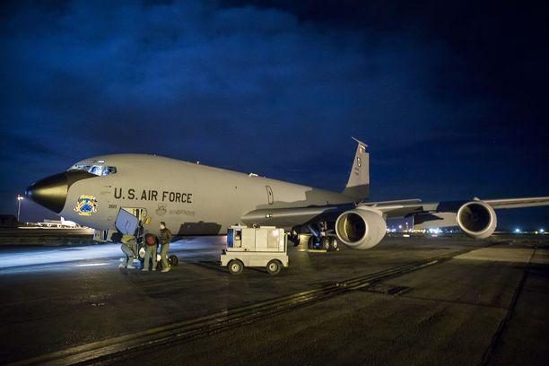 Yhdysvaltain kansalliskaartin miehistö lastaa tavaroitaan KC-135-ilmatankkauskoneeseen. Yhdysvallat on Naton suurin jäsenmaa, joka on historiallisesti kantanut suuren vastuun Länsi-Euroopan puolustuksesta Venäjän-uhkaa vastaan.