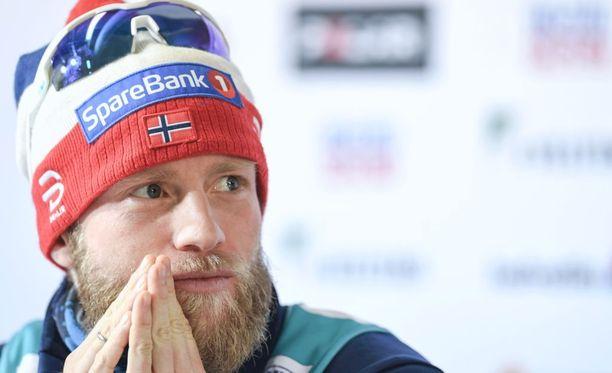 Martin Johnsrud Sundby katsoo kilpakumppaneitaan silmistä silmään heti aamutuimaan.