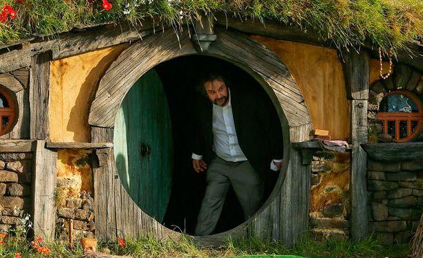 Ohjaaja Peter Jackson asteli ulos hobittitalosta elokuvan ensi-illassa Uudessa-Seelannissa.