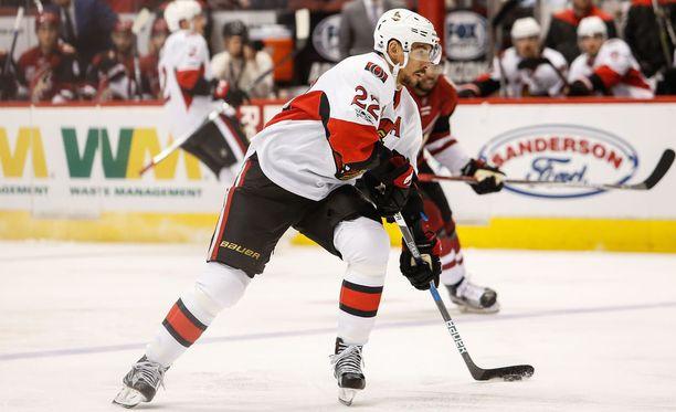 Chris Kelly edusti viime kaudella Ottawa Senatorsia.