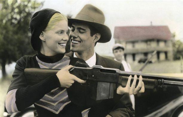 Bonnien ja Clyden kuvat levisivät lehtiin, ja suuri yleisö seurasi heidän tarinaansa.