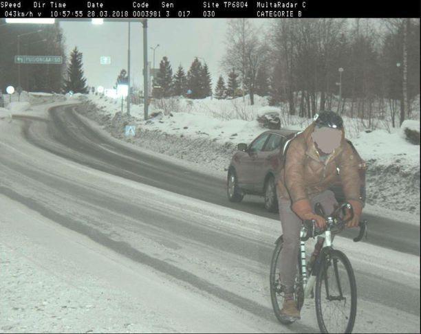 """Keväällä kylmäpäinen pyöräilijä sotki kameran ohi 43 kilometrin tuntinopeudella alueella, jossa rajoitus on 30 kilometriä tunnissa. """"Varustus näyttää kuitenkin olevan kunnossa kypärää myöden"""", kommentoi Pasterstein tviitissään."""