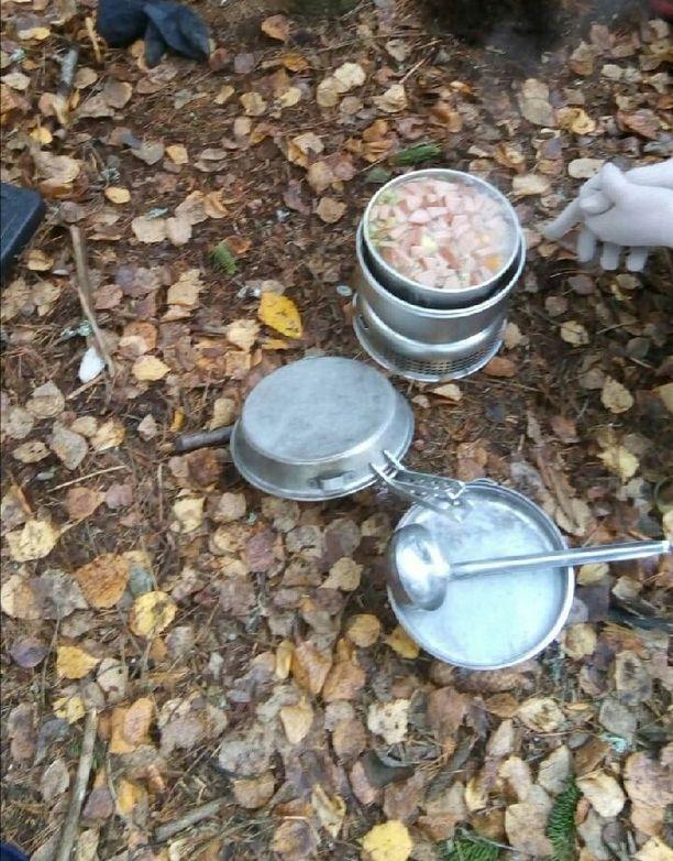 Varkautelaisen päiväkodin eskarilaiset maistelivat retkikeittimellä tehtyä nakkisoppaa lakkopäivänä.