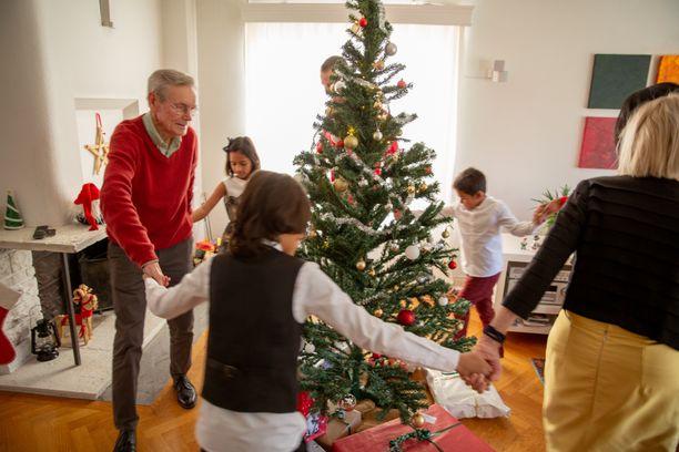 Jouluna kurotaan umpeen sukupolvien välistä kuilua.