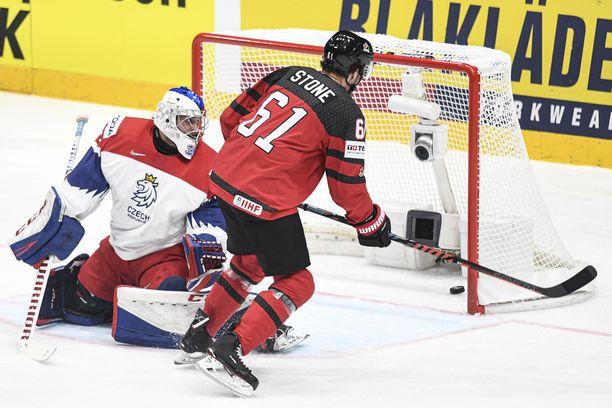 Mark Stone viimeisteli Kanadan ensimmäisen maalin välieräottelussa Tshekkiä vastaan.