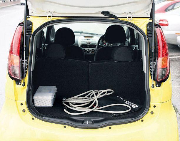 PIILOSSA Akusto on piilotettu lattian alle ja moottori takapenkin taakse. Siellä piilee myös auton arvokkain ja salaisin osa- BMU eli akkujen valvontajärjestelmä.