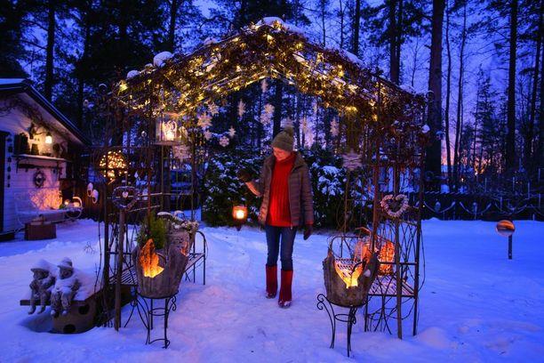 Ilona & joulu -lehden mukana pääsee vierailulle imatralaisen Satu Räikkösen satumaiseen kierrätyspuutarhaan.