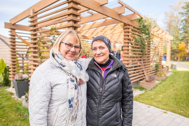 Liisa Tola ja Pirjo Pietikäinen käyvät Olarinpuistossa noin kerran viikossa ulkoilemassa vanhusten kanssa.