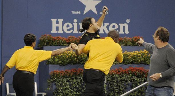 Nadalia pussanneelle fanille tuli hätäinen lähtö kentältä.