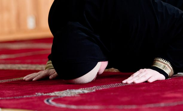 Musliminainen Helsingin Lönnrotinkadun moskeijassa. Arkistokuva.