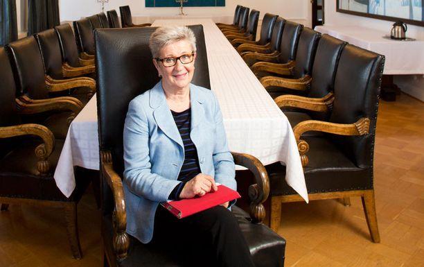 Sisäpiirilähteet paljastavat Iltalehdelle kauppaneuvos Soili Suonojan junailleen edustamistaan valtionyhtiöistä työpaikkoja sukulaisilleen.