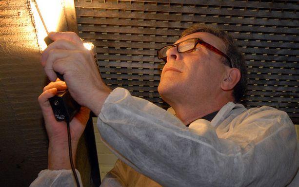 Keijo Nuolikoski tutkii rikoksiin liitettyjä autoja Seinäjoen poliisilaitoksen kellarissa. – Istuin päiviä Pia-surmien tekijän auton vieressä ja mietin, miten kannattaa edetä.