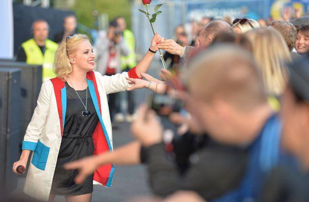 Fani muisti Elliä ruusulla.