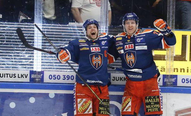 Jukka Peltola (vas.) tuuletti ratkaisumaalia maanantaina. Tappara löi TPS:n otteluvoitoin 4-0 ja eteni finaalisarjaan kuudennen kerran perättäin.