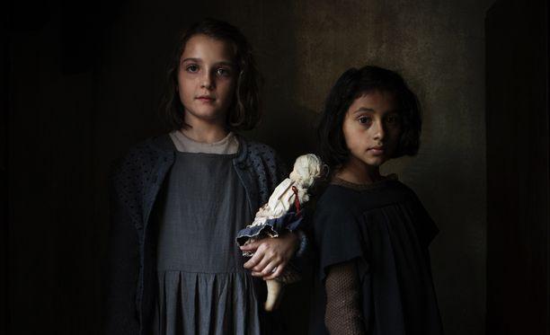 Sarjan ajankuva ja näyttelijäntyö ovat upeaa katsottavaa. Lenua ja Lilaa esittävät lapsina Elisa Del Genio ja Ludovica Nasti.