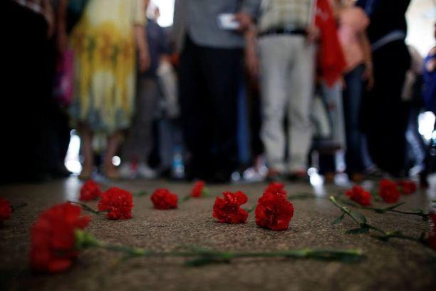 Taksinkuljettajat jättivät Ataturkin lentoaseman sisäänkäynnin eteen kukkia terrori-iskuissa menehtyneiden kollegoidensa muistoksi.