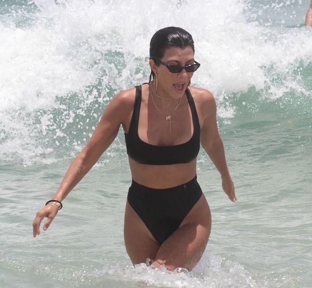 Kourtney Kardashian on jo 39-vuotias, mutta hoikka tosi-tv-tähti ei näytä yhtään mummomaiselta korkeavyötäröisissä pöksyissä.