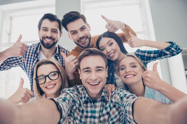 Tuttavien, kavereiden ja ystävien määrä sekä aktiivinen vuorovaikutus on ekstrovertille tärkeämpää kuin tunteiden syvyys näissä suhteissa. Introvertilla on tunteiden syvyys tärkeämpää kuin tuttavien tai ystävien määrä.