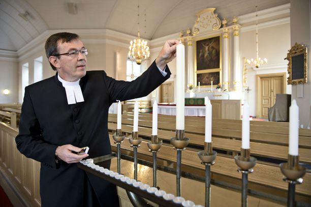 Kirkkoherra Heikki Sariola sanoo, että kirkon tulee pyrkiä kulkemaan surijan rinnalla. Sariola tunsi henkilökohtaisesti toisen vainajista.