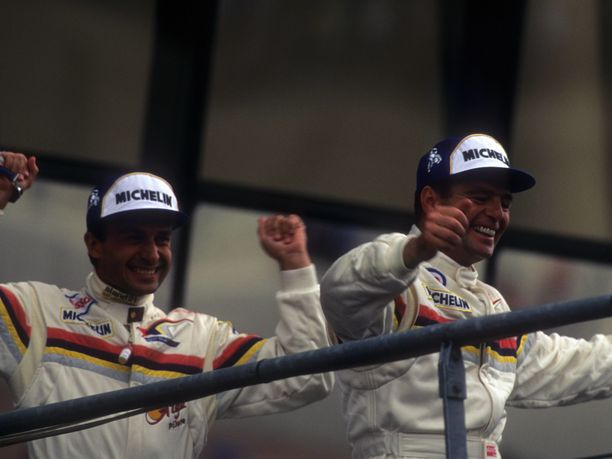 Derek Warwick (oikealla) saavutti suurimmat voittonsa Peugeot'n prototyyppiautolla Yannick Dalmas'n kanssa.