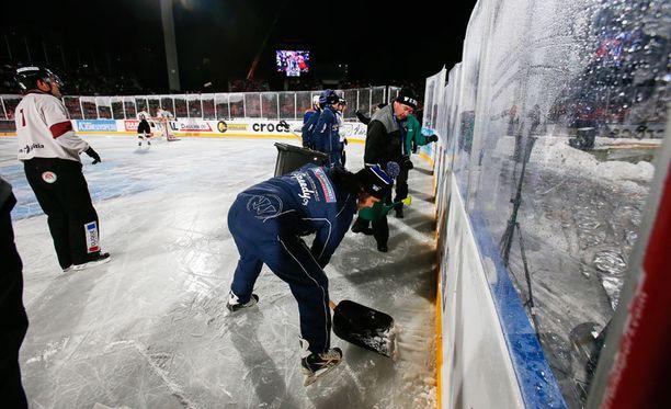 Kenttämiehet ryhtyivät kunnostamaan murtunutta jäätä.