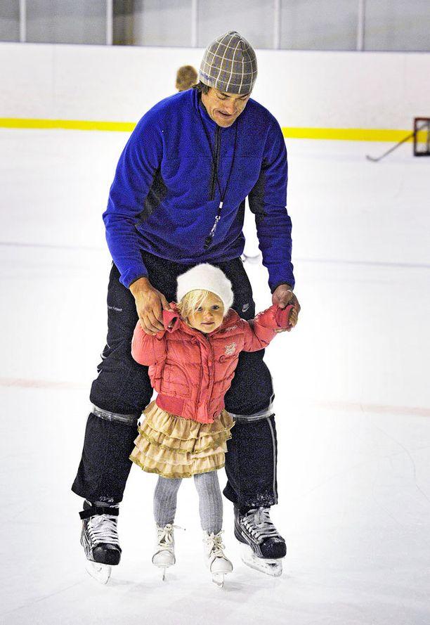 Veera luisteli isänsä kanssa Espoossa vuonna 2011.