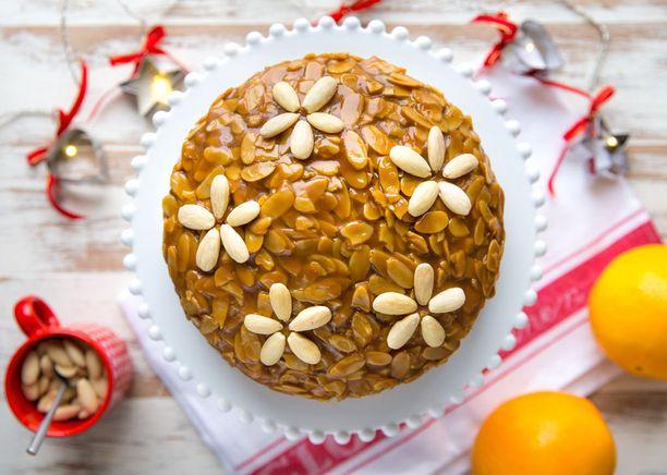 Kuorettomista, kokonaisista manteleista saa sommiteltua erilaisia koristeita kakun pinnalle.
