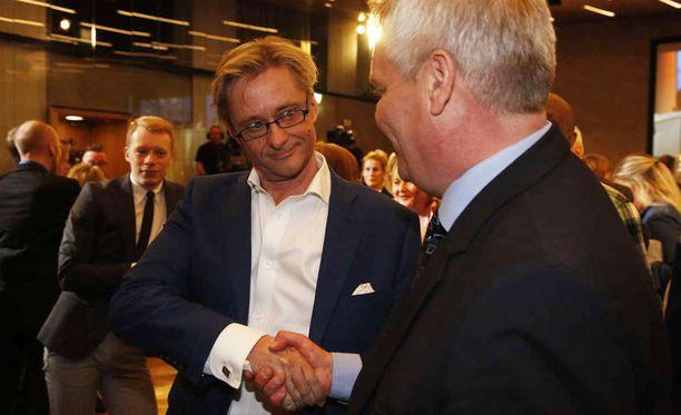 Mikael Jungner kätteli SDP:n puheenjohtaja Antti Rinnettä.