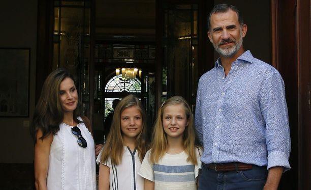 Espanjan kuninkaalliseen perheen kuuluvat kuningatar Letizia (vas.), prinsessa Sofía, prinsessa Leonor ja kuningas Felipe IV.