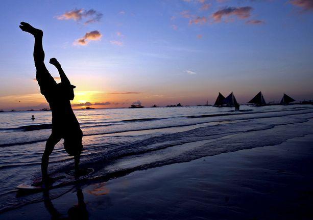 Yhä useampi turisti suuntaa Filippiineille. Saarilta löytyy upeita rantalomakohteita.