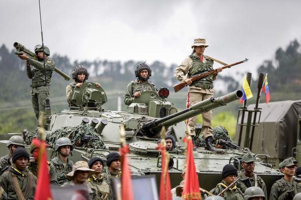 Puolustusministeri Vladimir Padrino puhui seremoniassa ja varoitti kansalaisia Yhdysvaltojen aikeista varastaa Venezuelan öljyvarannot.