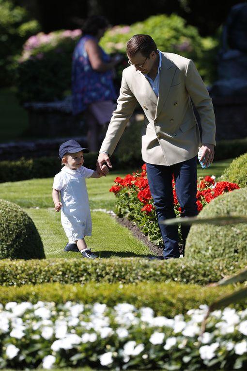 Isä haki poikansa takaisin puutarhaturneelta.