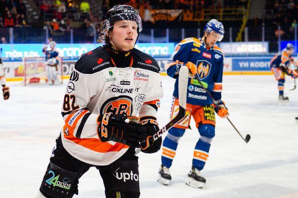 Runkosarjassa piste-ennätyksensä 13+23=36 tehnyt Eetu Tuulola iski tiistaina Hakametsässä maalin Tapparaa vastaan.