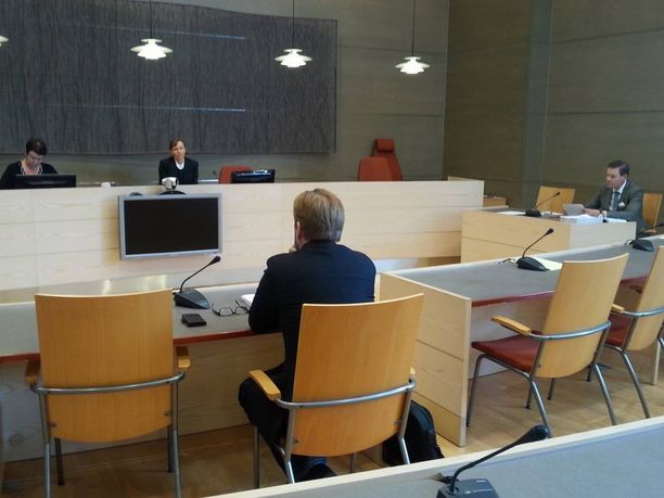 Rikosylikonstaapeli kertoi Kymenlaakson käräjäoikeudessa avoimesti läheisistä väleistään Malmin naisen kanssa.