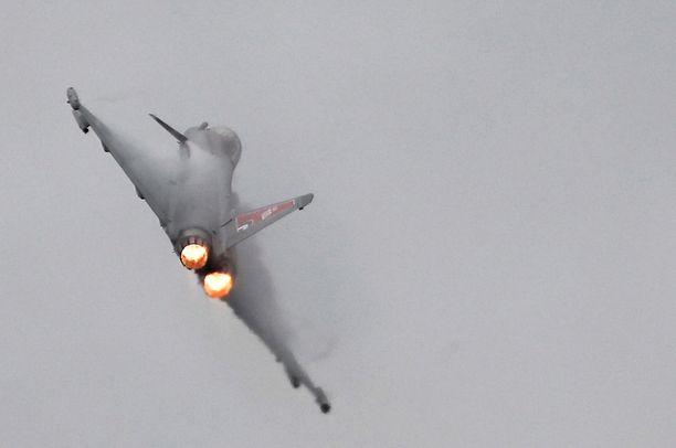 Ensimmäisenä lentokentällä testataan Eurofighter Typhoon. Kuvassa Britannian kuninkaallisten ilmavoimien kone puolalaisessa lentonäytöksessä kesällä 2018. Keskiviikon  pamauksen taustalla ei kuitenkaan ollut testit vaan valvontatehtävä.