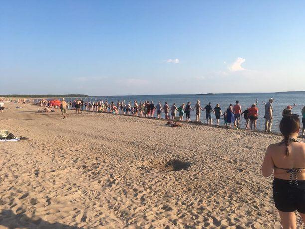 Puhtaan Meren Puolesta -kansalaisliike järjesti Meren halaus -tapahtuman, joka täytti Yyterin rannat.