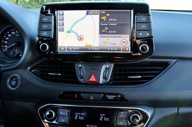 """Hyundain muotoilujohtaja Thomas Buerkle sanoi, että tärkeä tavoite i30:n suunnittelussa oli lieventää """"digitaalisuuden pelkoa"""". Mahtaako onnistua?"""