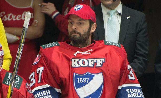 Niklas Bäckström putosi HIFK:ssa kolmosvahdiksi. Aiemmin hän on edustanut SM-liigassa myös Kärppiä ja SaiPaa.