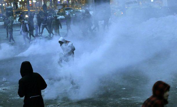Poliisi käytti kyynelkaasua mielenosoittajia vastaan Bukarestissa.
